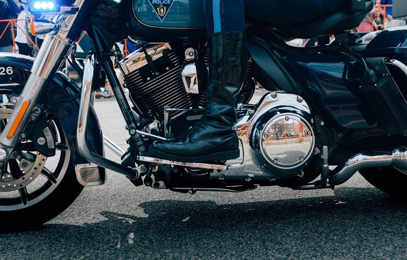 stivali da moto sono realizzati in pelle più spessa per avere una elevata resistenza all'abrasione