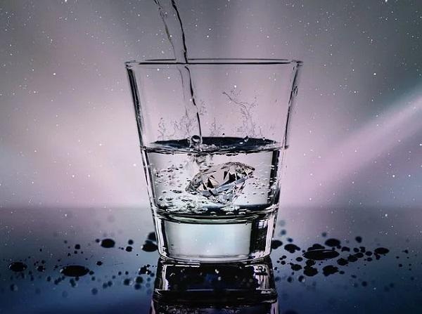 Acqua minerale naturale è la cosa reale